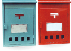 水色と赤色の縦型郵便受け箱